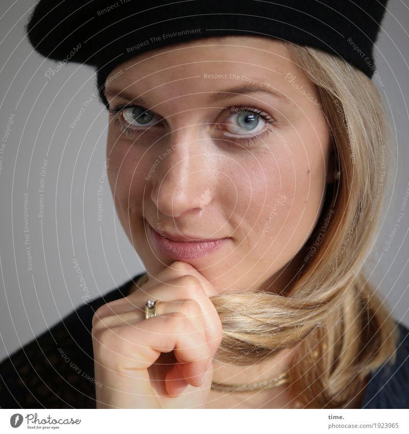 . Mensch Frau schön Erwachsene Leben feminin Zeit elegant blond warten Lächeln lernen beobachten Freundlichkeit festhalten Vertrauen