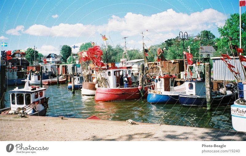Niendorf I Wasserfahrzeug Fischereiwirtschaft Fischerboot Frühling Timmendorfer Strand Schifffahrt Hafen Ostsee harbor harbour boat boats ship ships water