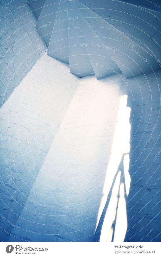 Transzendenz Treppe Treppenhaus Geländer Wand Haus Licht aufsteigen Hoffnung zart blau weiß Stein Beton Metall Stahl Backstein Zeichen Schnur fliegen leuchten