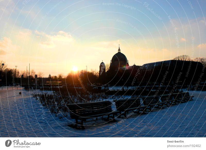 Sonntag Himmel Sonne Einsamkeit Berlin Platz Tourismus Kultur Bauwerk Schönes Wetter Wahrzeichen Stadtzentrum Dom Berlin-Mitte Sehenswürdigkeit Parkbank
