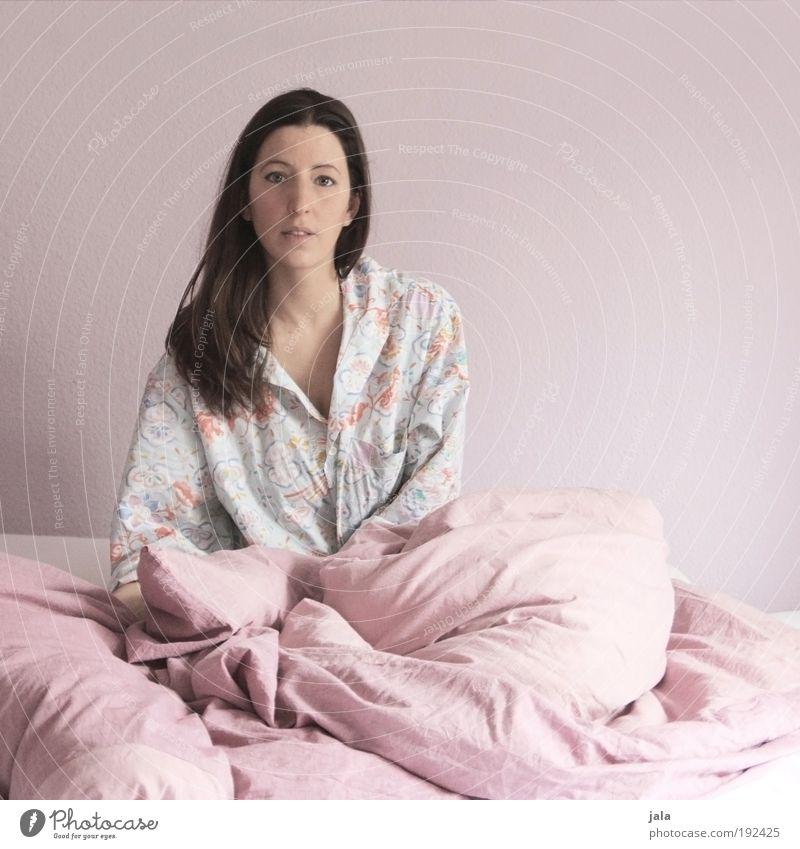 On a Boring Sunday~ Frau Mensch feminin Kopf Erwachsene rosa Zeit Bett einfach Müdigkeit Hemd Langeweile brünett langhaarig Gebäude Schlafzimmer