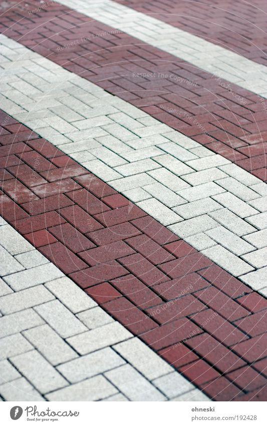 Streetart Kleinstadt Verkehr Verkehrswege Straßenverkehr Autofahren Busfahren Fußgänger Zebrastreifen Stein rot weiß Pflastersteine Backstein gestreift Streifen