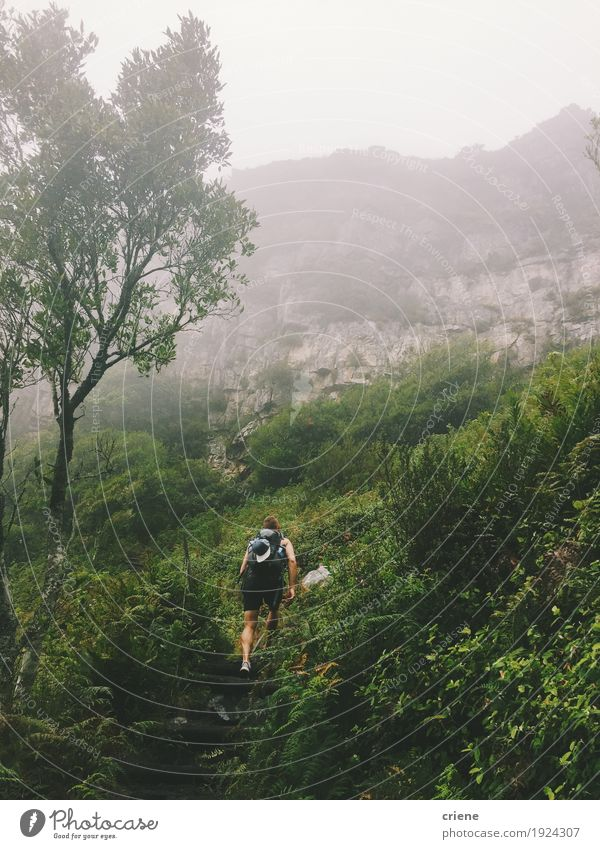 Junger erwachsener Mann, der grüne Berge wandert Lifestyle sportlich Fitness Leben Freizeit & Hobby Ferien & Urlaub & Reisen Tourismus Ausflug Abenteuer