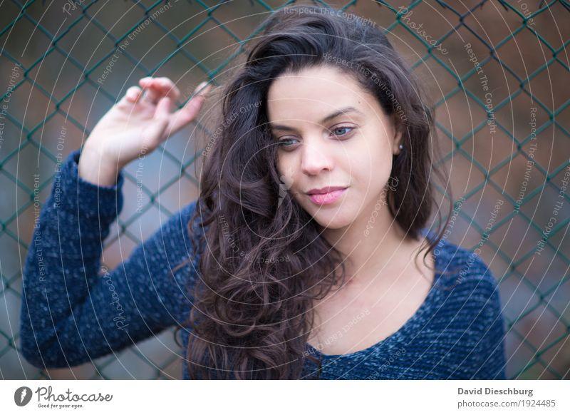 Träumen feminin Junge Frau Jugendliche Kopf Gesicht 1 Mensch 18-30 Jahre Erwachsene Pullover brünett langhaarig Locken Optimismus Schutz Verliebtheit schön