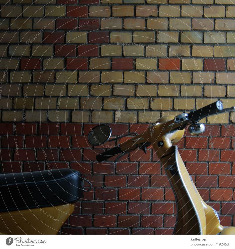 ein roller für diego Wand Stil Mauer Straßenverkehr Verkehr Lifestyle Freizeit & Hobby Spiegel Backstein Motorrad Parkplatz parken Kleinmotorrad
