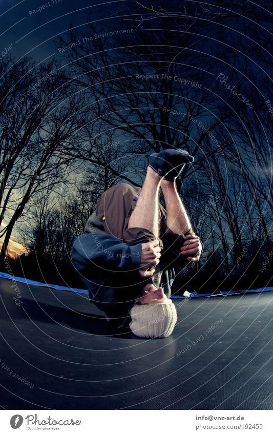 Jumping Fail! Mensch Mann Jugendliche Himmel Baum Freude Sport dunkel Gefühle springen Landschaft Stimmung Kraft Erwachsene maskulin