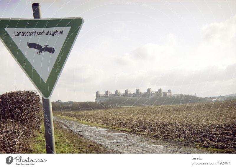 Landschaftsarchitektur Himmel Wolken Umwelt grau Vogel Feld Schilder & Markierungen Hinweisschild Zeichen Fußweg Ackerbau Umweltschutz Gegenteil eckig Stadtrand