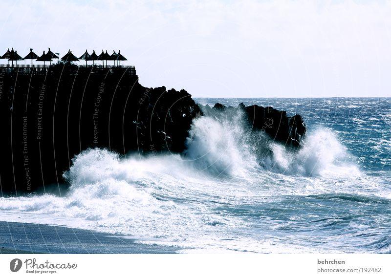 die schirmchen und das meer Ferien & Urlaub & Reisen Ferne Freiheit Natur Landschaft Himmel Horizont Klimawandel Wind Sturm Felsen Wellen Küste Strand Meer