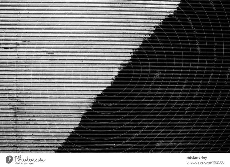 Die Gerade weiß schwarz Einsamkeit Leben Wand Mauer Gebäude Kraft Architektur Design Umwelt ästhetisch Streifen Neugier trashig