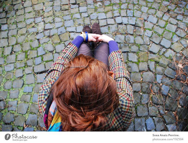 musterbild. Lifestyle feminin Frau Erwachsene Kopf Haare & Frisuren Arme Hand 1 Mensch Garten Mauer Wand Fassade Bekleidung Rock Jacke Strumpfhose Stoff Leder