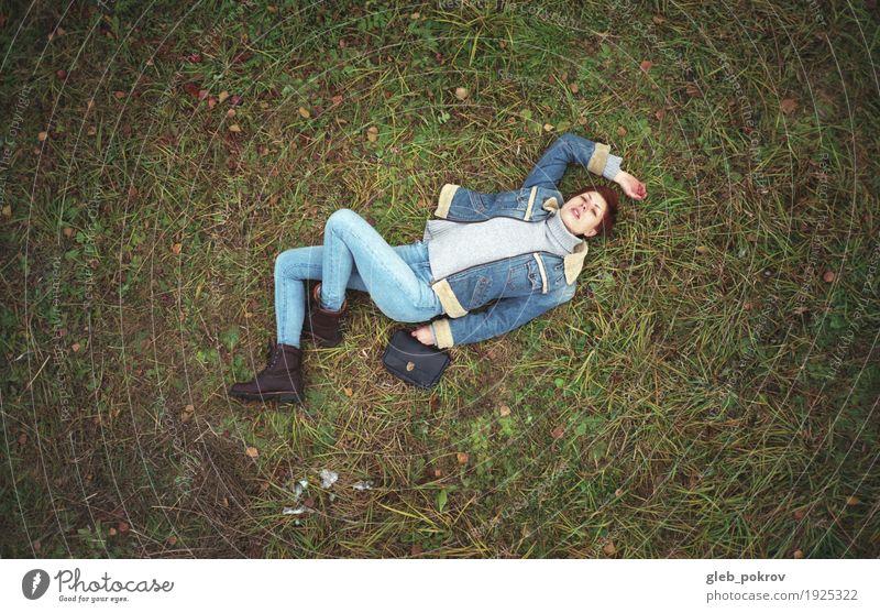 Auf dem Gras Lifestyle kaufen Stil schön harmonisch Mensch Junge Frau Jugendliche 1 18-30 Jahre Erwachsene Natur Erde Frühling schlechtes Wetter Blatt