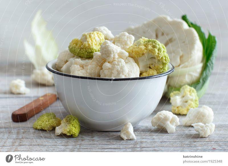 Frischer roher Blumenkohl in einer Schüssel Gemüse Ernährung Vegetarische Ernährung Diät Schalen & Schüsseln Holz frisch retro grün Kohlgewächse