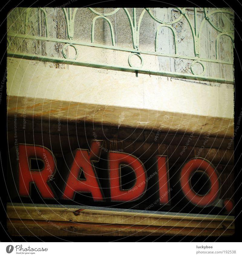 Radio Nowhere alt rot Musik Fassade Schilder & Markierungen Schriftzeichen retro Kultur Hinweisschild Vergänglichkeit Medien hören Werbung Balkon Vergangenheit