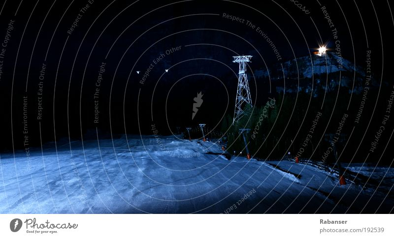 Seilbahn in der Dunkelheit Natur weiß blau Winter schwarz Farbe kalt oben Berge u. Gebirge Angst groß Energie frei hoch Industrie modern