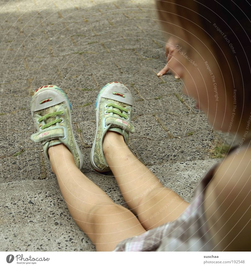 komm .. miez miez miez .. Kind Mädchen Haut Kopf Haare & Frisuren Idylle Leichtigkeit Beine Füße Knie Turnschuhe Kindheit anlocken Katze Hand Gedeckte Farben