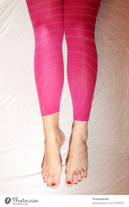 Bett-Ballett II. Frau Jugendliche feminin Beine träumen Zufriedenheit rosa fliegen Tierfuß ästhetisch schlafen Tierhaut Sehnsucht hängen Schweben