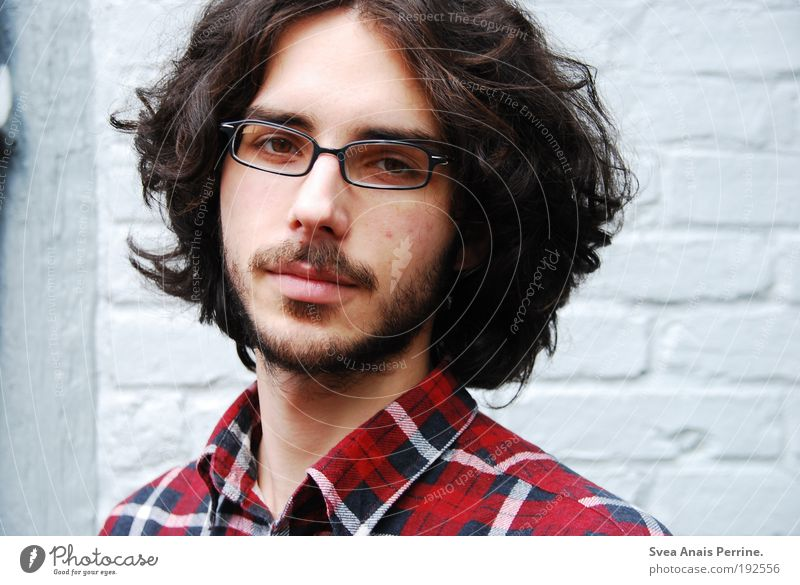 meist mehr. Jugendliche rot Gesicht schwarz Auge Wand Haare & Frisuren grau träumen Mauer Denken warten Erwachsene maskulin Fassade