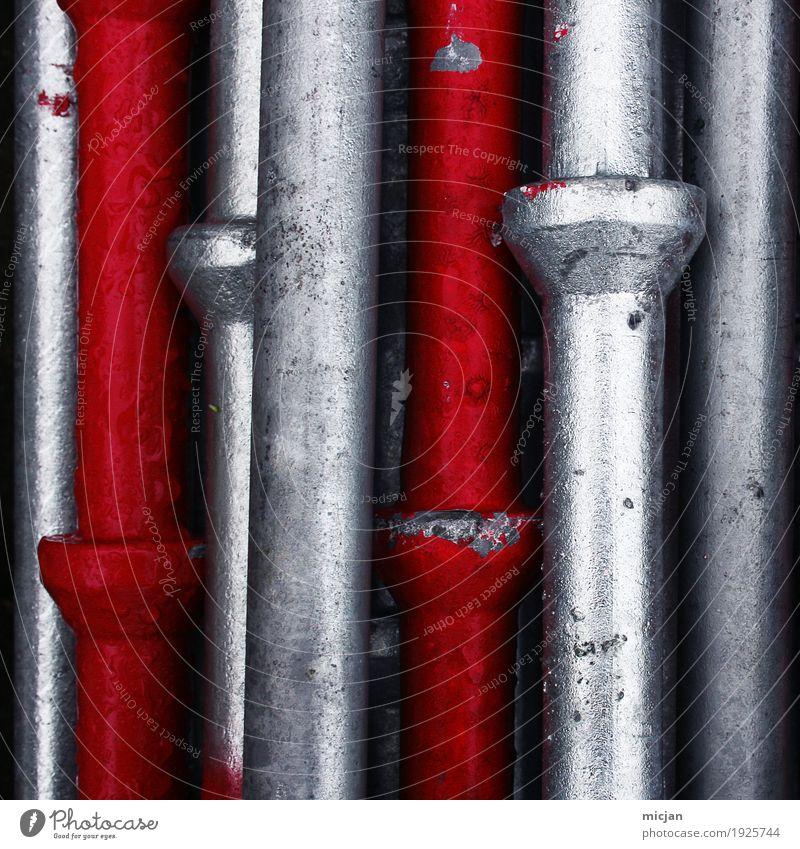Rohre Stangen Silber Rot Industrie Baustelle Metall Stahl alt glänzend grau rot silber Farbe Teamwork Stadt Verfall Röhren Stab Baugerüst Stabilität Säule