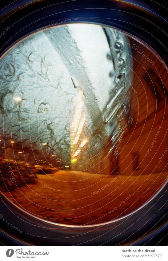 EISIGE NACHT Wassertropfen Winter Eis Frost Schnee Stadt Menschenleer Haus Fassade Straße Wege & Pfade dunkel kalt Doppelbelichtung Eiszapfen hängen Fußweg PKW