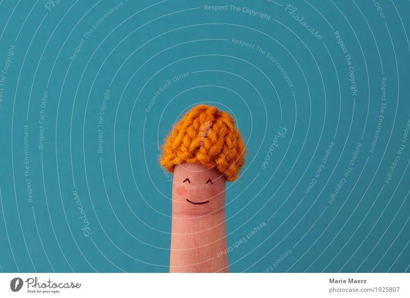 Lachendes Finger-Mädchen mit Mini Strickmütze und roten Bäckchen Mensch Jugendliche Junge Frau Gesicht Wärme lustig feminin Glück Zufriedenheit Lächeln genießen
