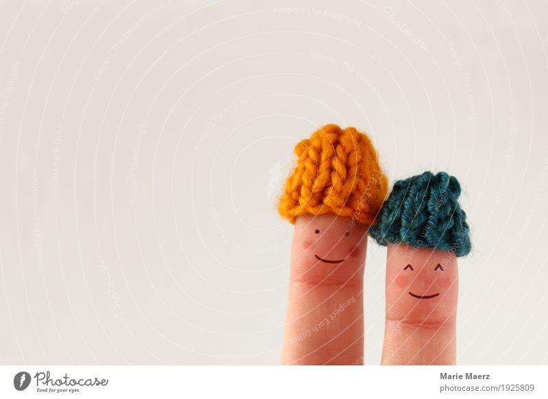 Pärchen Fingerfiguren mit kleinen Wollmützen Mensch Winter Liebe Hintergrundbild Stil Glück Kopf Paar Freundschaft Zufriedenheit Eis weich Frost Mütze Comic