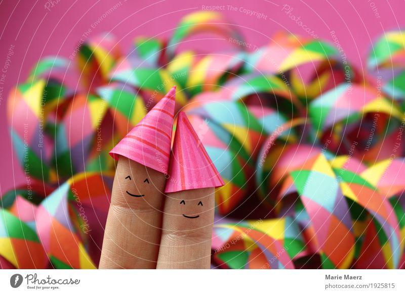 Pärchen mit Partyhüten vor bunten Luftschlangen Mensch Frau Mann Freude Gesicht Erwachsene lustig lachen Feste & Feiern Paar rosa Dekoration & Verzierung