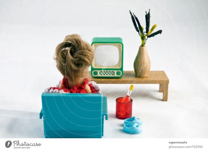gemüüütlich Mensch Medien Einsamkeit Erholung Raum Wohnung sitzen retro Fernseher trinken Fernsehen Häusliches Leben einzigartig Spielzeug Innenarchitektur