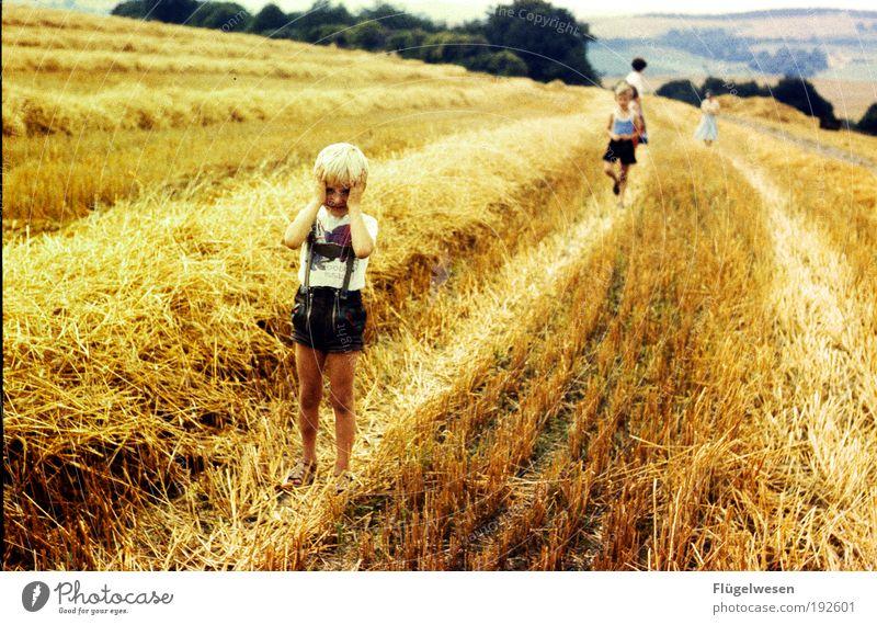 Och menno, dass is voll Kinderarbeit! Mensch Kind Pflanze Junge Freundschaft Kindheit Feld Freizeit & Hobby authentisch Sträucher Kleinkind Leidenschaft Kindererziehung eckig Bekleidung ländlich