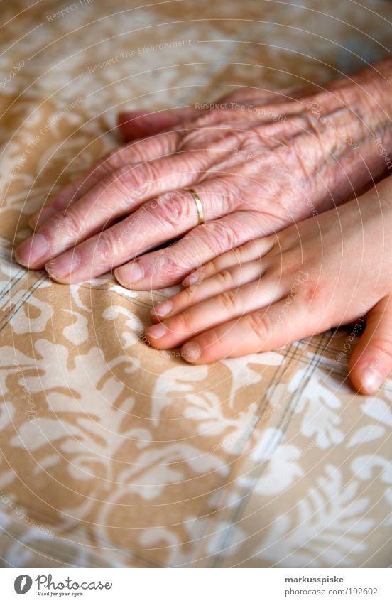 generationen Mensch Frau Kind Hand Senior Familie & Verwandtschaft Kindheit Innenarchitektur Wohnung Haut maskulin Finger Dekoration & Verzierung Bildung