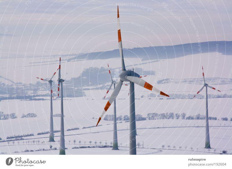 Rotweiß Energiewirtschaft Erneuerbare Energie Windkraftanlage Landschaft Wolken Winter Klimawandel Schnee Feld Hügel Bewegung drehen elegant groß hoch modern