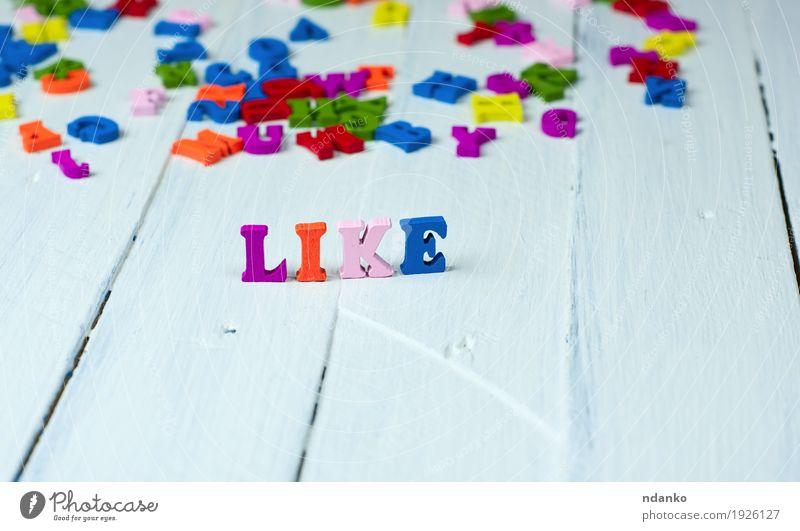 weißer hölzerner Hintergrund mit dem Wort mögen blau Freude Gefühle Holz klein Schule rosa genießen Idee Spielzeug Figur Text Blog