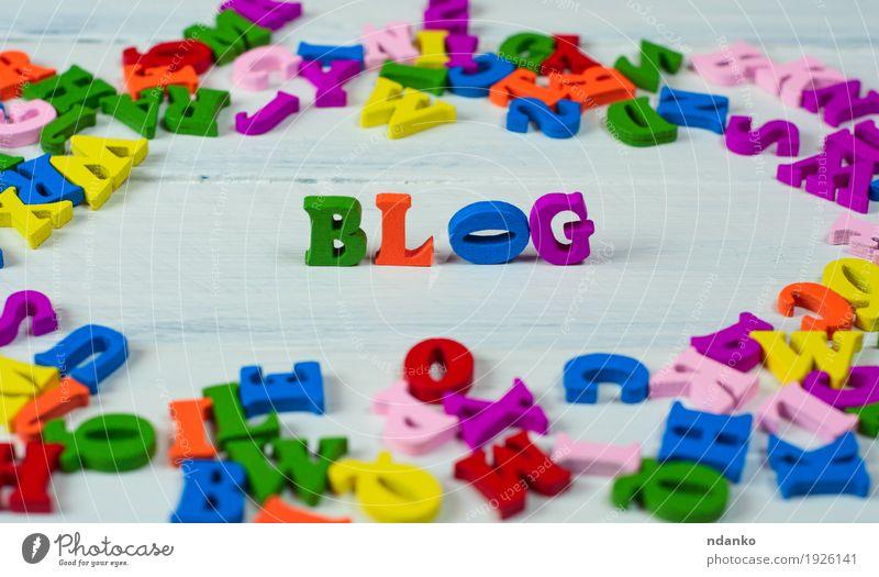 Hölzerne bunte Buchstaben des englischen Alphabets blau grün weiß rot gelb sprechen Holz klein Schule orange rosa Kommunizieren Idee Bildung Spielzeug Wissen