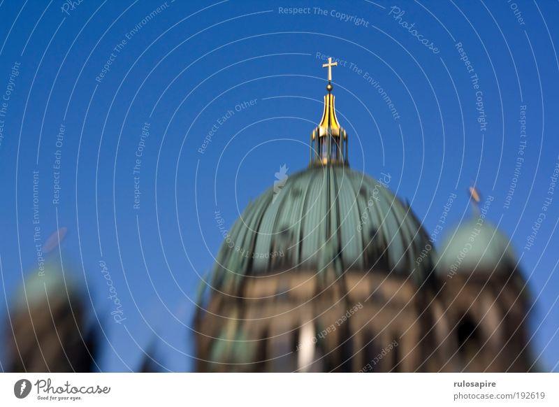 Goldenes Kreuz alt blau Berlin Religion & Glaube Stein gold Gold Tourismus Kirche rund Dach Kreuz Denkmal historisch Wahrzeichen Dom