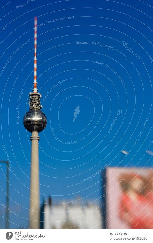 Blau Tourismus Sightseeing Städtereise Himmel Wolkenloser Himmel Berlin Berliner Fernsehturm Hauptstadt Stadtzentrum Turm Antenne Sehenswürdigkeit Wahrzeichen