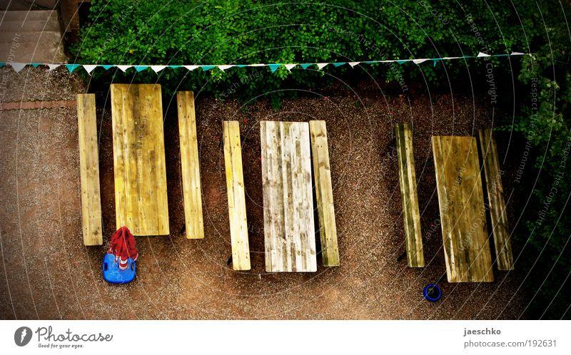 Wer kommt mit auf ein Weizen? Sommer Einsamkeit Holz Feste & Feiern Sträucher warten Tisch einfach Gastronomie Bank Dienstleistungsgewerbe Vorfreude Terrasse