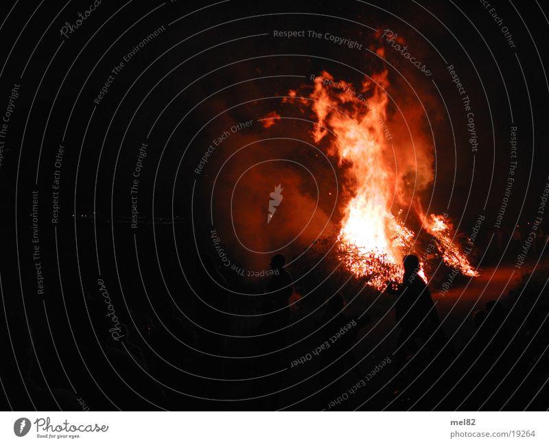 Sonnwendfeuer Brand heiß brennen Sommersonnenwende