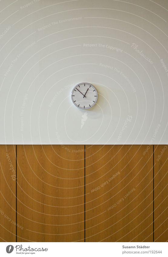 bald ist Mittag Messinstrument Uhr Holz warten zeitlos Holzvertäfelung Furche Hörsaal Ungeduld 13 uhr Zifferblatt analog Stundenzeiger Studium Ende Geduldsspiel