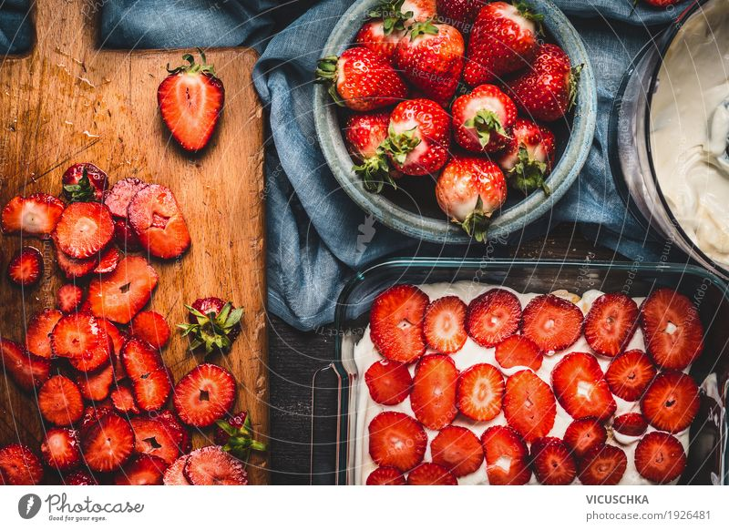 Erdbeer-Kuchen mit geschnittenen Beeren und Sahne Lebensmittel Frucht Dessert Ernährung Bioprodukte Geschirr Schalen & Schüsseln Stil Design Gesundheit