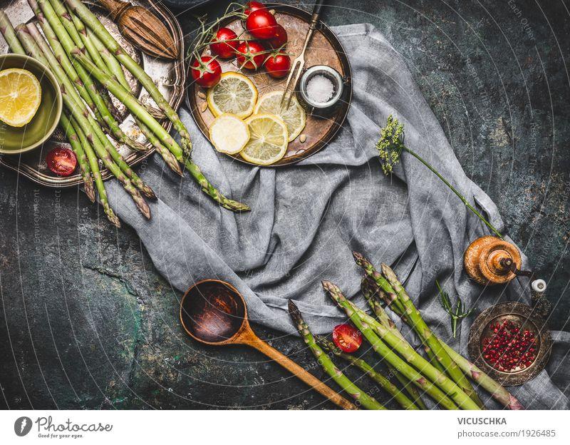 Spargel mit Holzlöffel und Kochzutaten Lebensmittel Gemüse Salat Salatbeilage Kräuter & Gewürze Öl Ernährung Mittagessen Abendessen Bioprodukte
