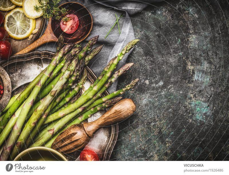 Grüne Spargel auf dem Küchentisch grün Gesunde Ernährung dunkel Foodfotografie Essen Leben Gesundheit Stil Design Tisch Bioprodukte Vegetarische Ernährung