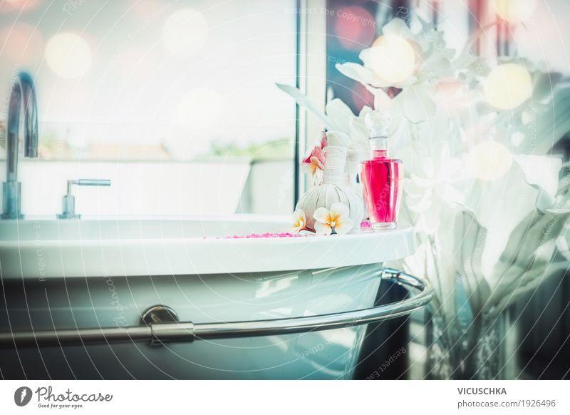 Badezimmer mit Badewanne und Spa-und Wellness Produkten Ferien & Urlaub & Reisen Erholung ruhig Lifestyle Stil Design Hotel Reichtum Massage Kur Resort