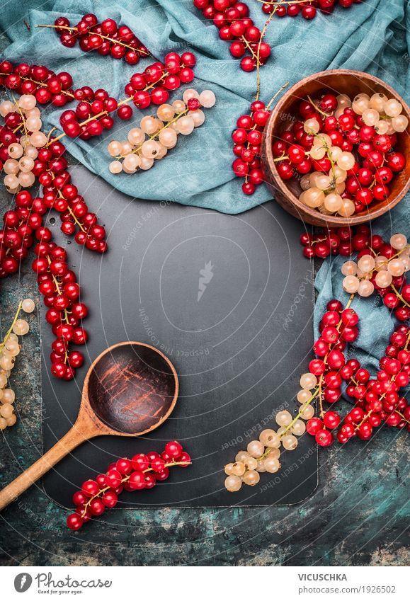 Rote und weiße Johannisbeeren mit Schüssel und Kochlöffel Lebensmittel Frucht Ernährung Bioprodukte Vegetarische Ernährung Geschirr Löffel Stil Design