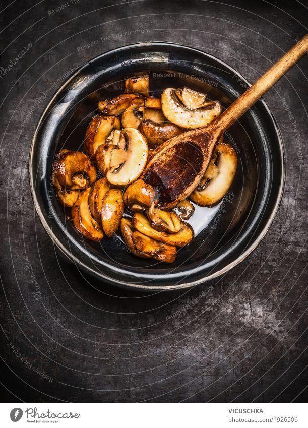 Gebratene Champignons in Schale mit Kochlöffel Gesunde Ernährung Foodfotografie Essen Stil Lebensmittel Design Küche Gemüse Bioprodukte Schalen & Schüsseln