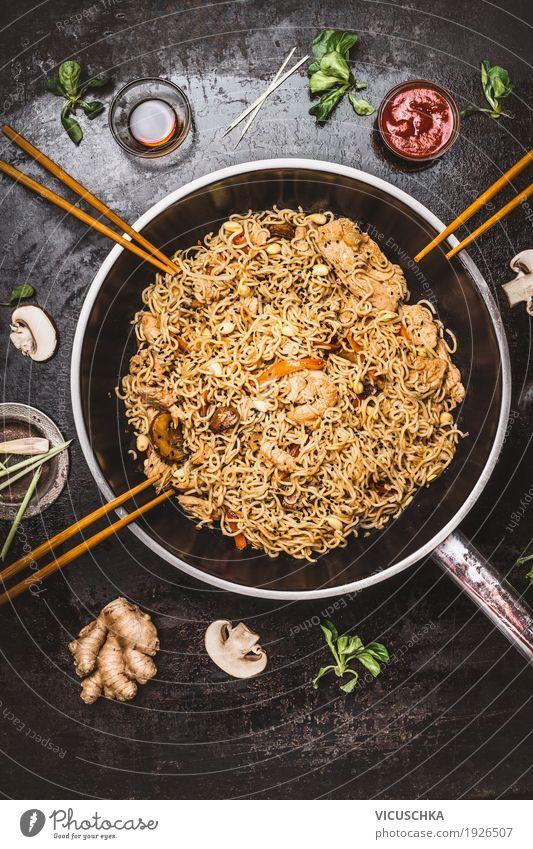 Asiatische Bratnudeln in Wokpfanne mit Stäbchen Lebensmittel Ernährung Mittagessen Festessen Asiatische Küche Geschirr Pfanne Stil Design Gesunde Ernährung