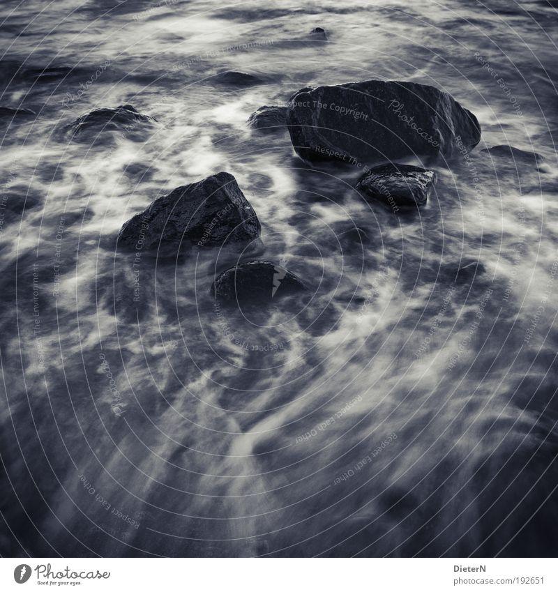 Winter-Blues Wasser weiß Meer Strand schwarz Gefühle Landschaft Wellen Küste Felsen Urelemente Ostsee Schwarzweißfoto