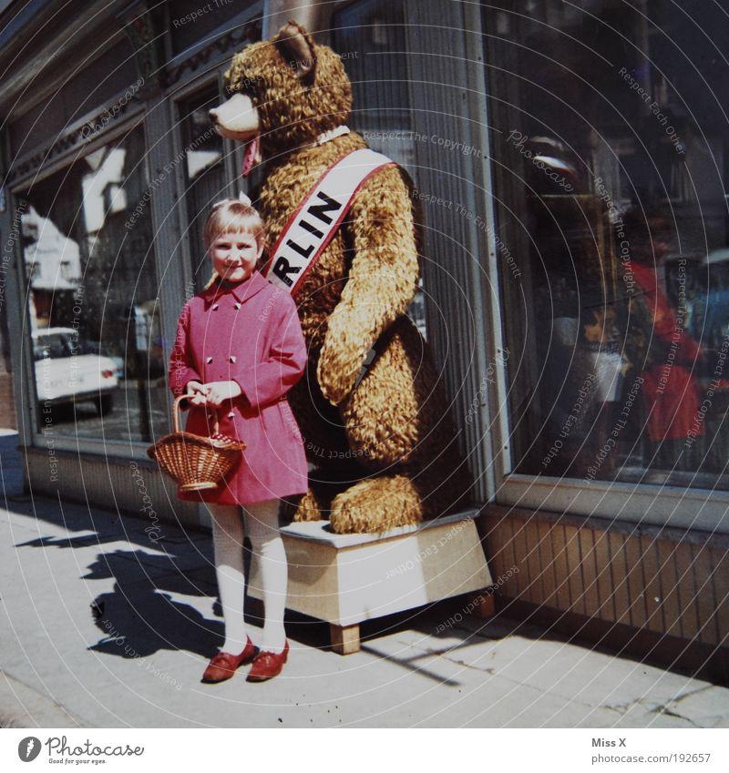 Meine Mama (ca. 1965) Mensch Kind alt Ferien & Urlaub & Reisen Mädchen Berlin Kindheit Ausflug kaufen Spielzeug Hauptstadt Mantel Nostalgie Bär Fenster Stadt