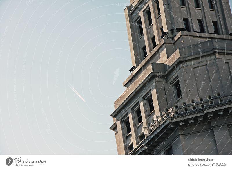 Reich an Formen blau Sommer Architektur Stein Fassade Beton Platz Flugzeug Luftverkehr Europa Turm Streifen beobachten Pfeil Schönes Wetter