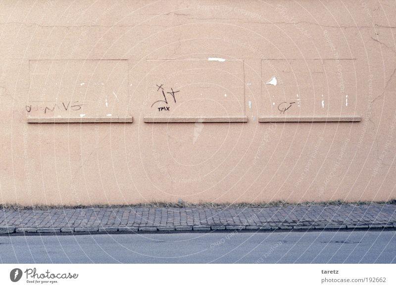 Aussicht könnte besser sein Mauer Wand Fassade Straße alt hässlich rosa Fenster geschlossen Putz Riss abblättern 3 einfach Farbfoto Außenaufnahme Menschenleer