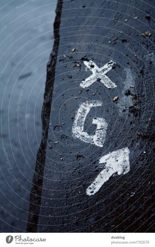 XG Wege & Pfade Stein Zeichen Schriftzeichen Ziffern & Zahlen Ornament Schilder & Markierungen Verkehrszeichen Graffiti Kreuz Linie Pfeil nass Straße