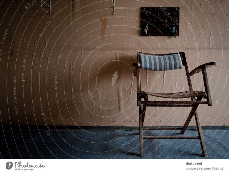 Klappstuhl mit Tapete und Schlüsselbrett alt Stuhl